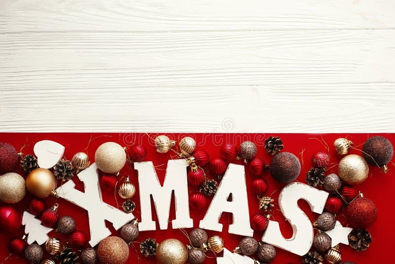 快活的圣诞节 与红色和金中看不中用的物品orna的Xmas木词 免版税图库摄影