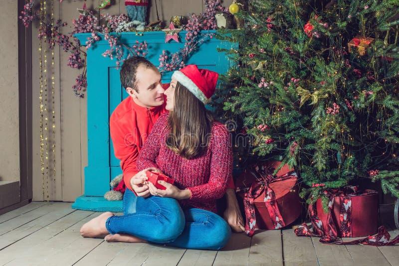 快活的圣诞节 在家庆祝圣诞节的年轻夫妇 库存照片