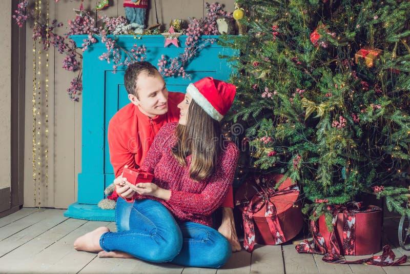 快活的圣诞节 在家庆祝圣诞节的年轻夫妇 免版税库存图片