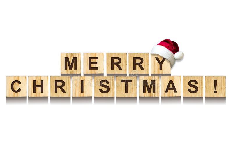 快活的圣诞节 词组成字母表在木立方体 奶油被装载的饼干 查出 免版税库存照片
