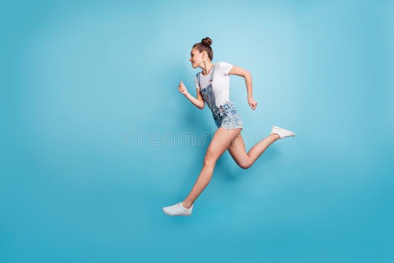 快跑女孩在与人隔开时,在某处寻找运动可爱的全身尺寸照片 库存照片