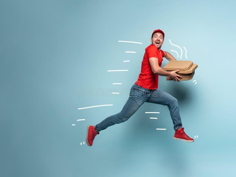 快递员快速运送披萨 青色背景 免版税图库摄影