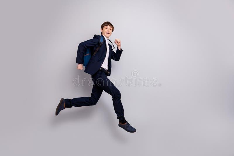 快速地快乐的男孩全长身体尺寸视图照片要得到知识路线穿戴称呼时髦的白色衬衫黑色 免版税库存图片