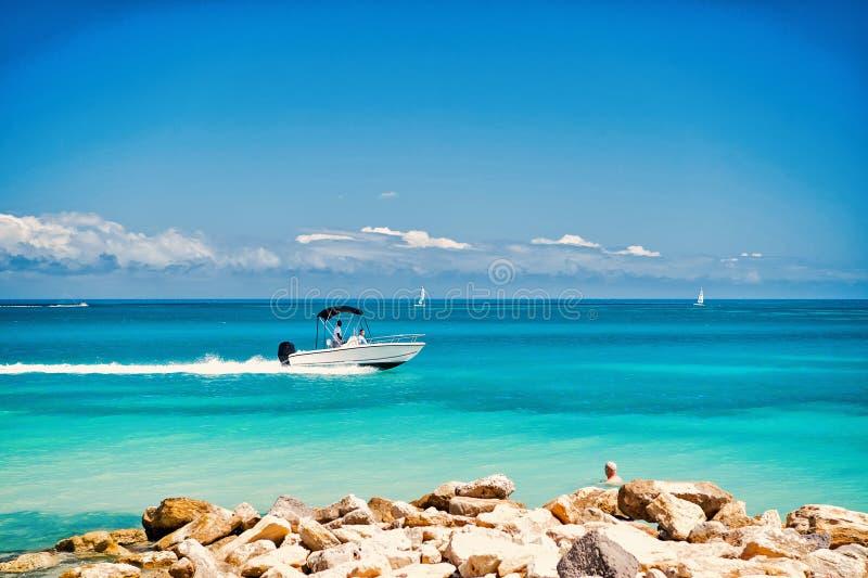 快速地漂浮在天蓝色的海水的汽船 免版税库存照片
