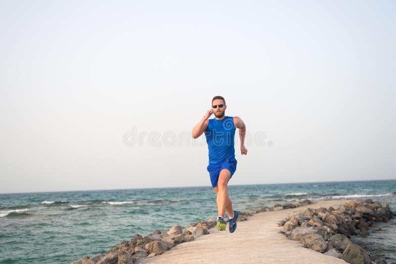快速地跑或是海滩的前个连续人 E 行使在夏天的适合的男性体育健身 库存图片