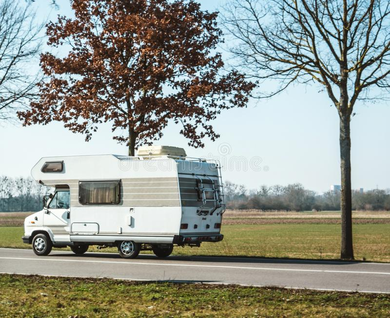 快速地驾驶在度假的RV搬运车 库存图片
