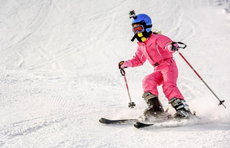 快速地滑雪的小女孩下坡 库存照片