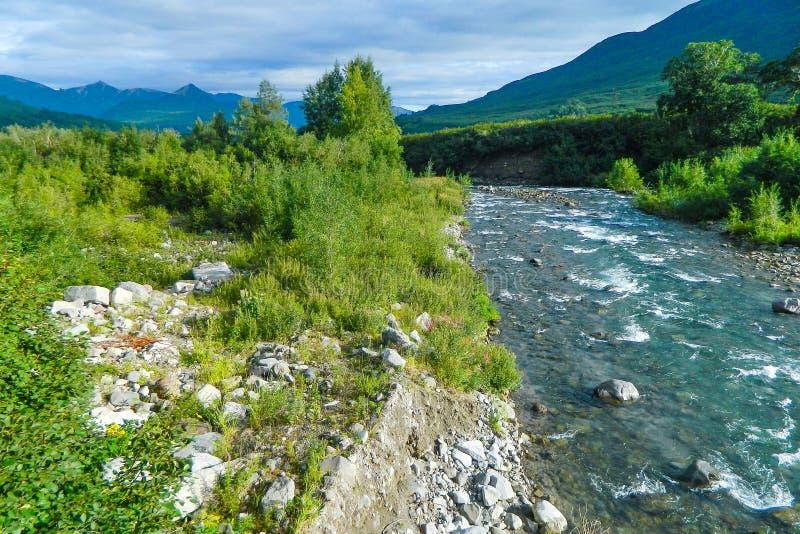 快速山河 堪察加mysteriousness吸引从所有国家的许多游人 喷泉谷 免版税库存图片