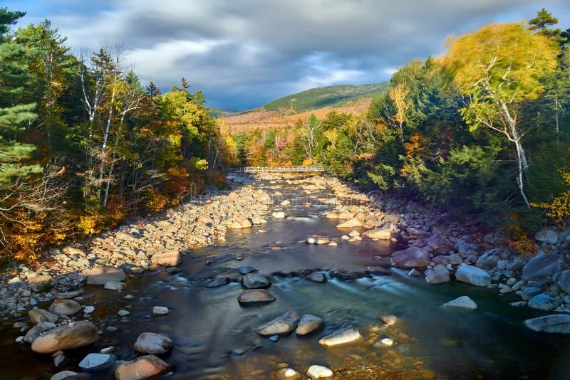 快速河小瀑布秋天,新罕布什尔,美国 库存照片