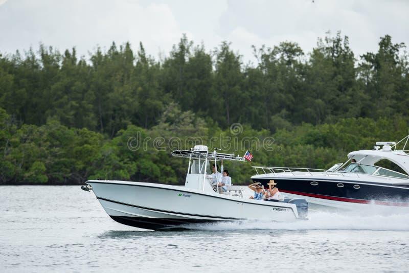 快速的小船的迈阿密人们 射击与远摄镜头 免版税库存照片