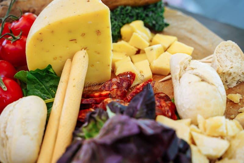 快餐、乳酪、jamon、新鲜水果和莓果的可口分类 库存图片