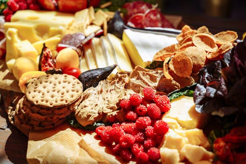 快餐、乳酪、jamon、新鲜水果和莓果的可口分类 免版税库存照片