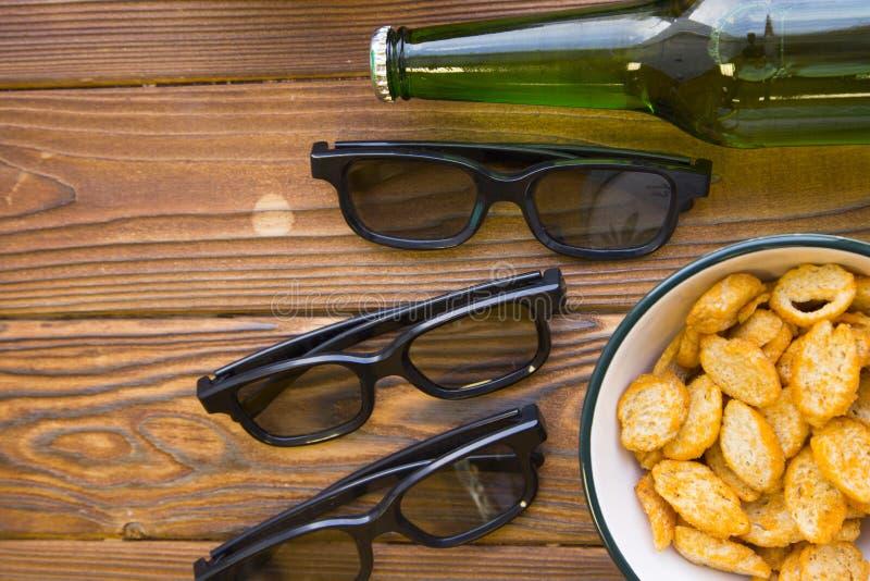 快餐和瓶啤酒 免版税库存照片