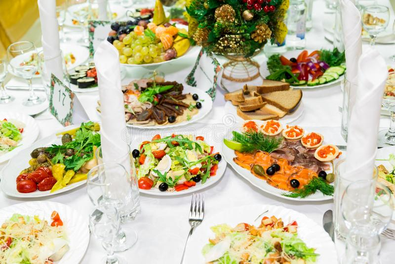 快餐和纤巧在宴会桌上 承办酒席 庆祝或婚礼 抛光 库存图片
