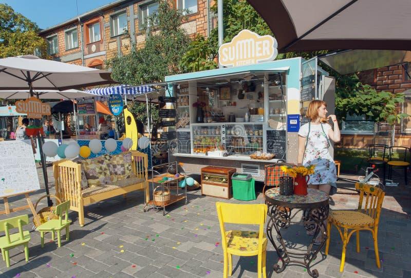 快餐和饮料的卖主在室外突然出现咖啡馆在街道食物节日期间 库存照片