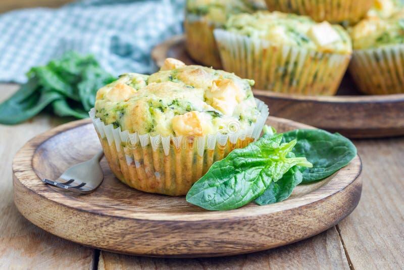 快餐松饼用菠菜和希腊白软干酪 库存照片
