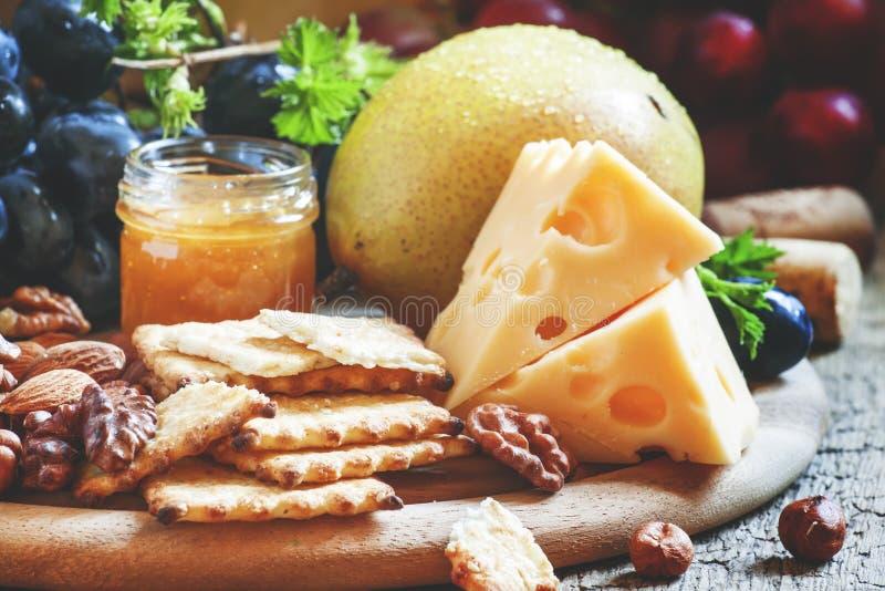 快餐板材:核桃,乳酪食物静物画 免版税库存图片