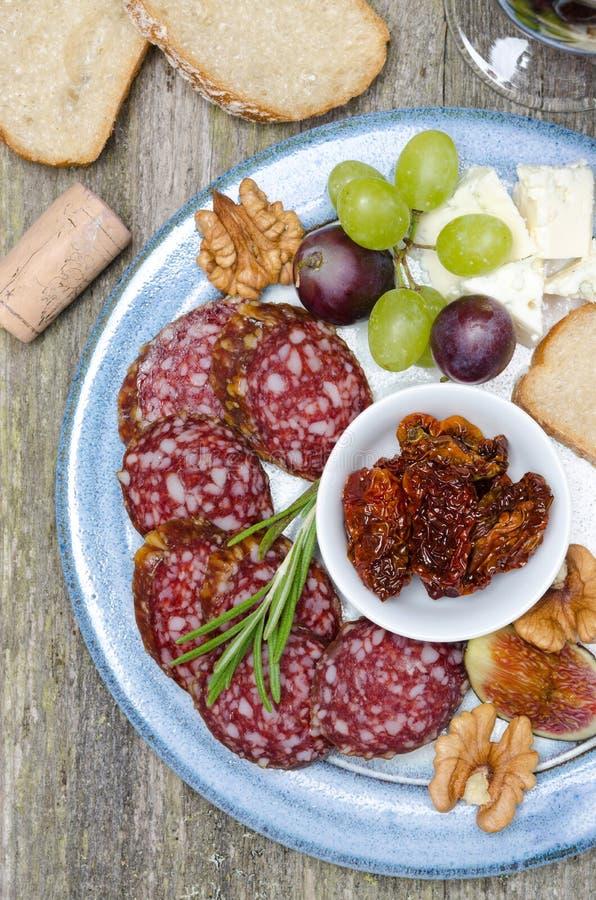快餐板材-香肠,各式各样的蕃茄,坚果,果子,乳酪 免版税库存照片