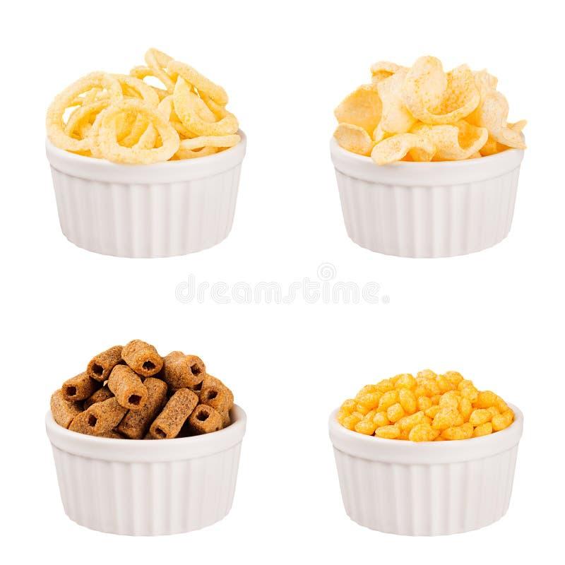 快餐汇集-嘎吱咬嚼的另外玉米在白色陶瓷碗黏附,被隔绝 库存图片