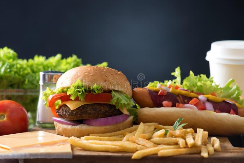 Download 快餐汉堡包,热狗菜单用汉堡 库存图片. 图片 包括有 咖啡馆, 饮料, 经典, 正餐, 莴苣, 卡路里, 番茄酱 - 62537337
