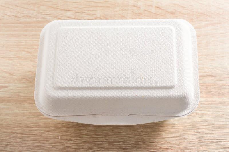快餐箱子在木背景的纸板箱 库存照片