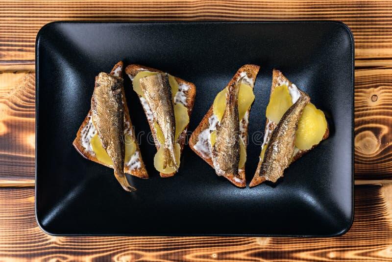 快餐:在黑多士的西鲱 库存照片