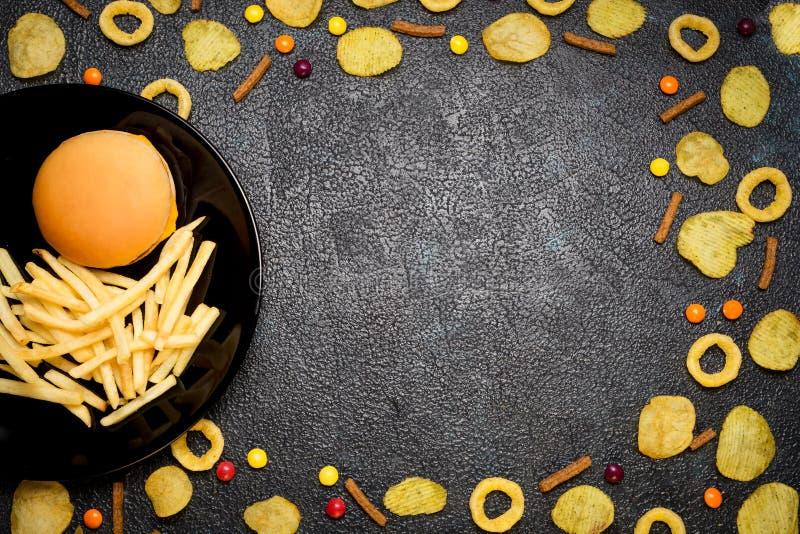 快餐:汉堡、炸薯条、芯片、圆环和加州顶视图  库存图片