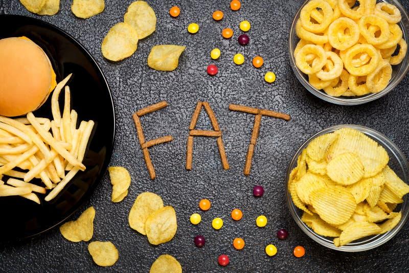 快餐:汉堡、炸薯条、芯片、圆环和加州顶视图  免版税库存图片