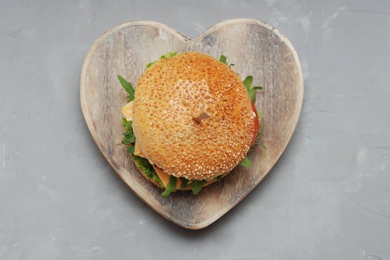 快餐 素食自创汉堡乳酪、黄瓜、蕃茄和莴苣,沙拉 重点配件箱 午餐的新鲜的Veget鲜美三明治 免版税库存图片