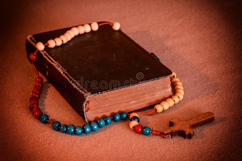 念珠和祈祷书 库存照片