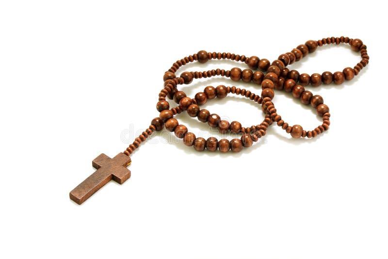 念珠成串珠状与十字架被隔绝的由棕色木头制成在白色b 免版税库存图片