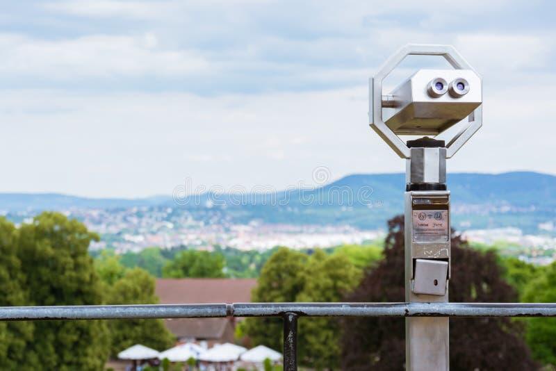 忽略城市风景被弄脏的深度的旅游有偿的双筒望远镜 库存图片