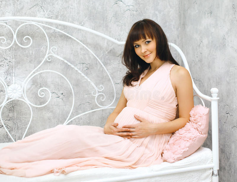 怀孕、母性和愉快的未来母亲概念-妇女 免版税库存图片