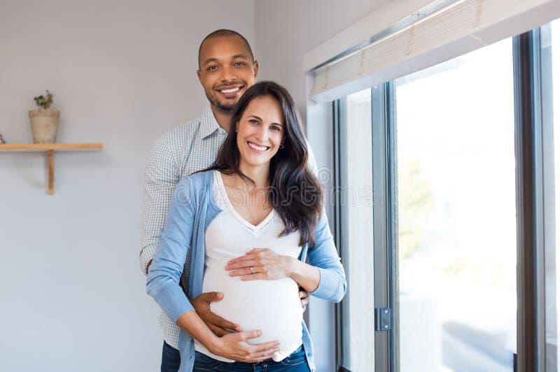 怀孕夫妇爱 库存照片