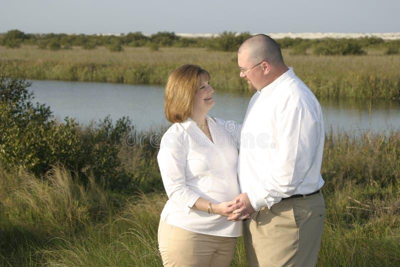 怀孕户外1对的夫妇 免版税库存图片