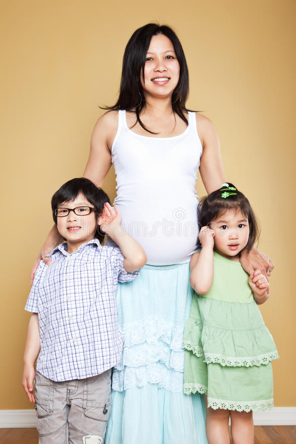 怀孕的亚裔母亲和她的孩子 图库摄影
