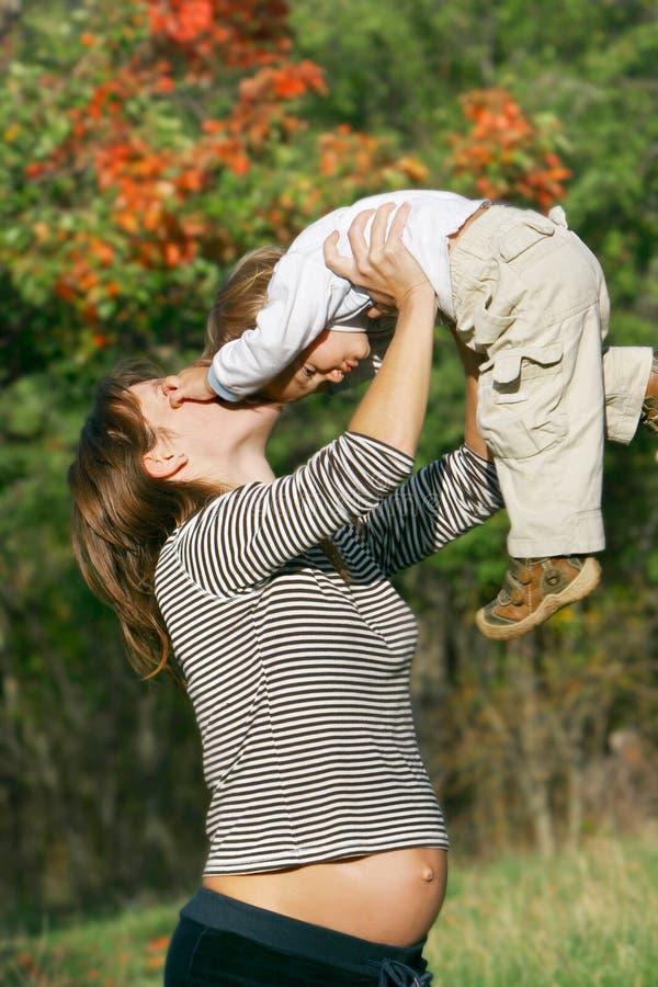 怀孕的儿子妇女 库存照片