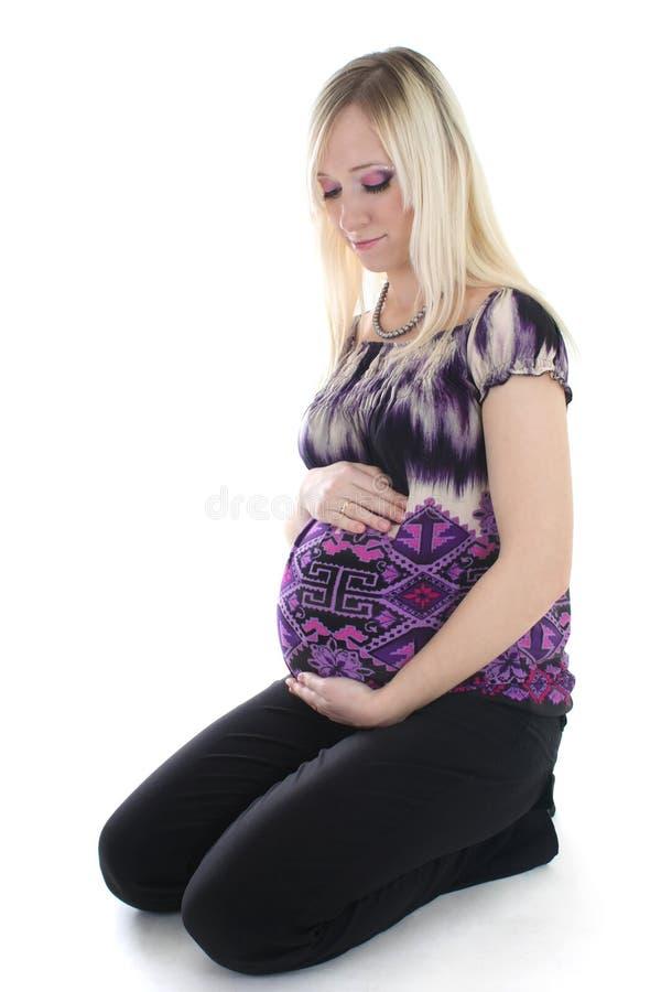 怀孕的坐的妇女年轻人 免版税图库摄影
