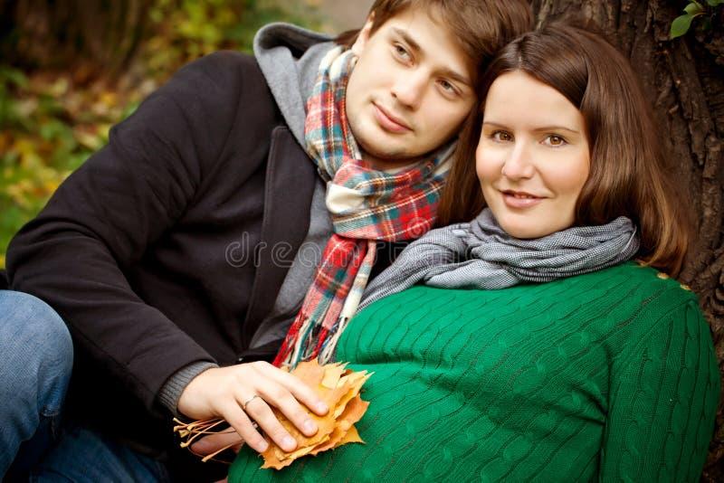 怀孕的夫妇在公园 库存图片
