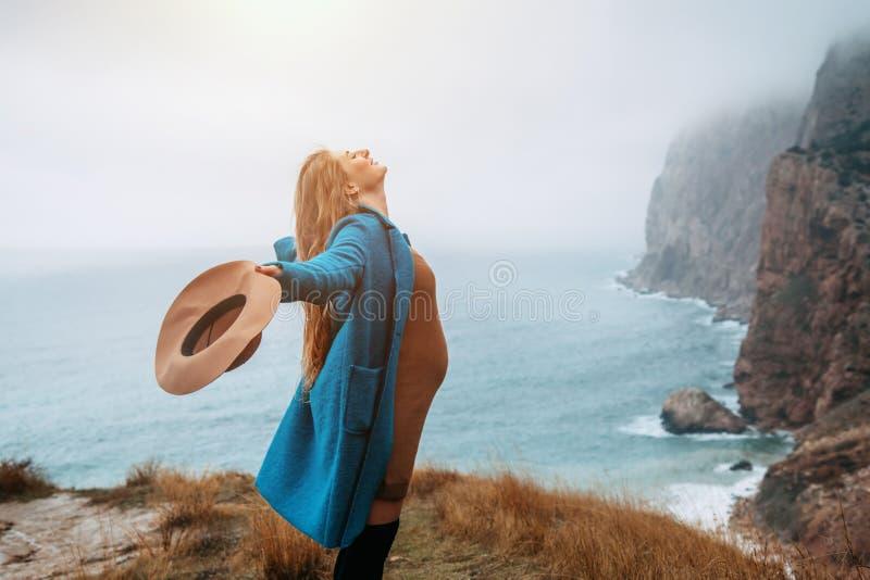 怀孕的女孩旅行在山的,旅行癖 库存照片