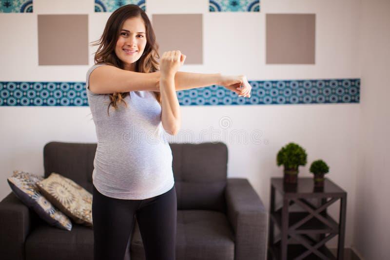 怀孕的妈妈准备好锻炼 免版税图库摄影