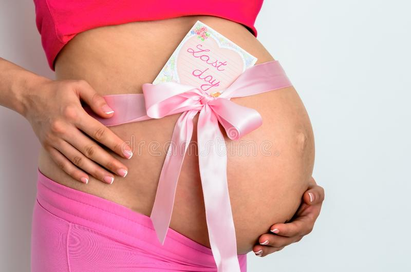 怀孕的年轻女人 图库摄影