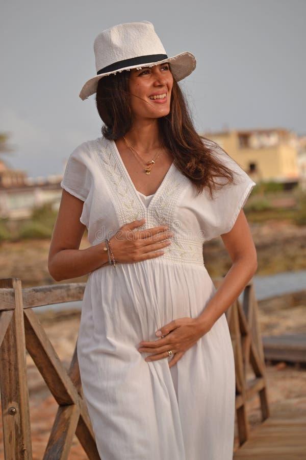怀孕的拉丁妇女 免版税库存照片