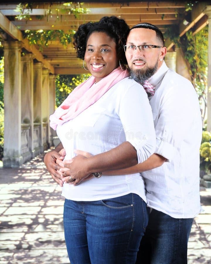 怀孕的混合的族种夫妇 库存图片