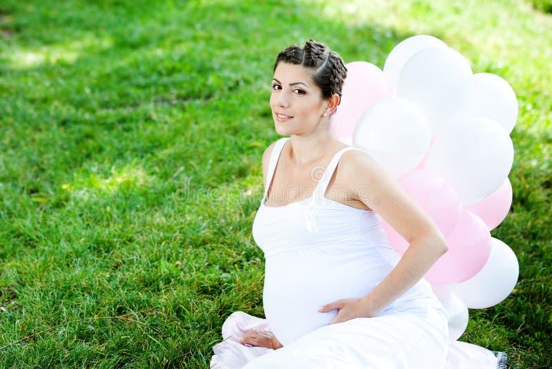 怀孕的白种人妇女 免版税库存图片