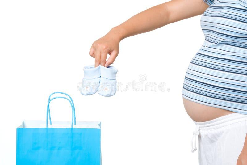 怀孕的购物妇女 免版税库存图片