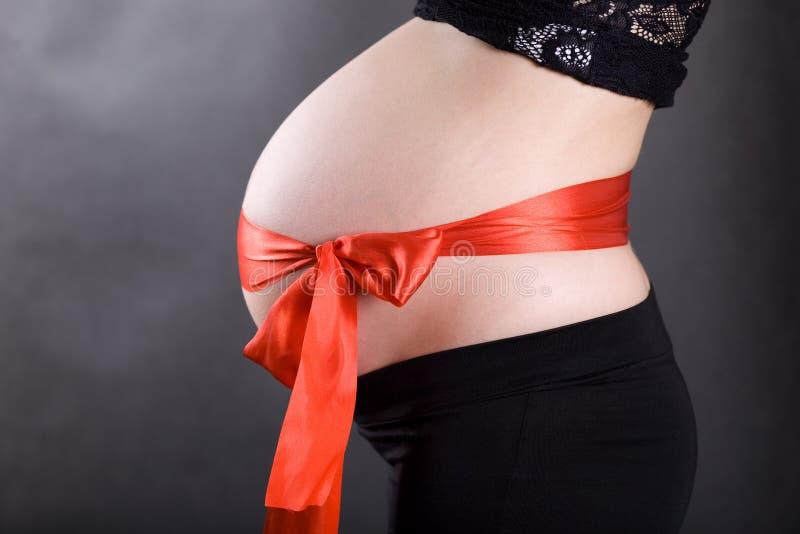 怀孕腹部的弓 图库摄影
