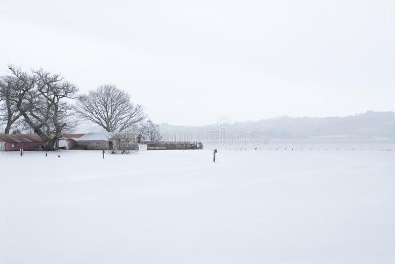 怀有码头跳船水下的洪水极端湿暴雨冬天天气苏格兰英国Balmaha洛蒙德湖 免版税库存图片