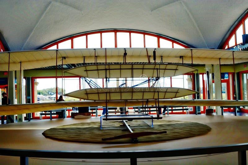 怀特兄弟的纪念品在基蒂・霍克,北卡罗来纳包括原始的飞机的一个大型模型 免版税图库摄影