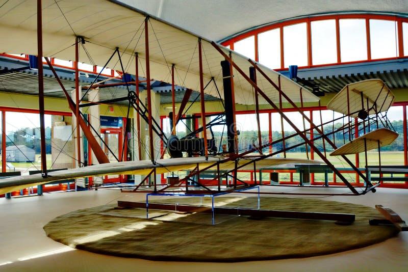 怀特兄弟的纪念品在基蒂・霍克,北卡罗来纳包括第一架飞机的复制品飞行 免版税库存图片